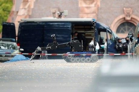 Polícia na cena do crime na cidade de Halle