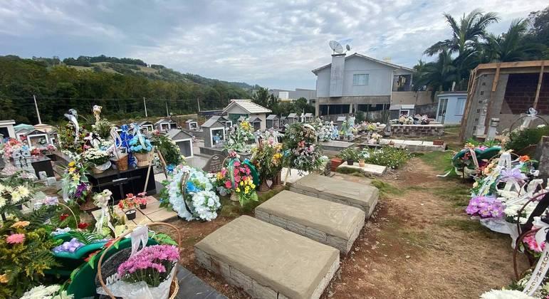 Sepultamento de vítimas do ataque à escola infantil Aquarela, no Cemitério Municipal de Saudades (SC)