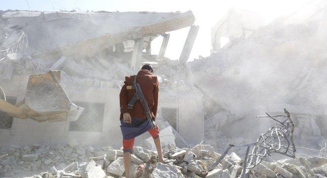 Ataques aéreos da coalizão liderada pela Arábia Saudita atingem regularmente os houthis no Iêmen