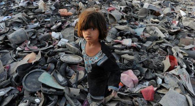 Foto de Shah Marai, jornalista da AFP morto no segundo ataque de Cabul desta segunda-feira, mostra uma menina em afegã em 2011