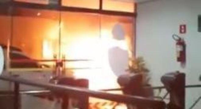 Fogo em agência bancária atacada em Botucatu