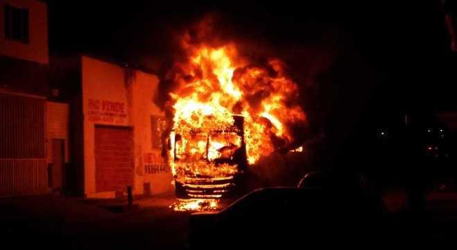 Ônibus foram queimados na madrugada deste sábado no Ceará