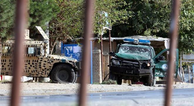 Viatura da polícia de Cabul ficou destruída após explosão nesta segunda