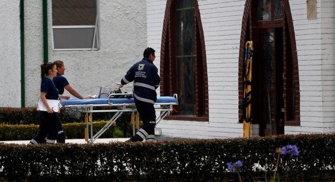 Equipes de resgate entram na Escola de Polícia de Bogotá para socorrer vítimas