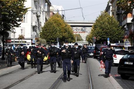 França eleva alerta de segurança para máximo