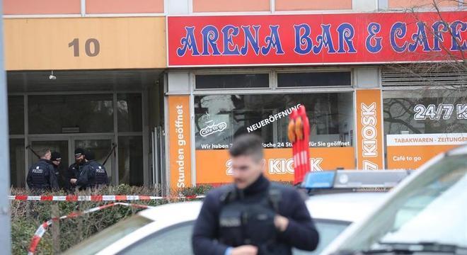 Polícia da Alemanha monta guarda em um dos bares alvo do atentado em Hanau
