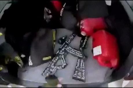 Vídeo mostra armas com mesmas inscrições
