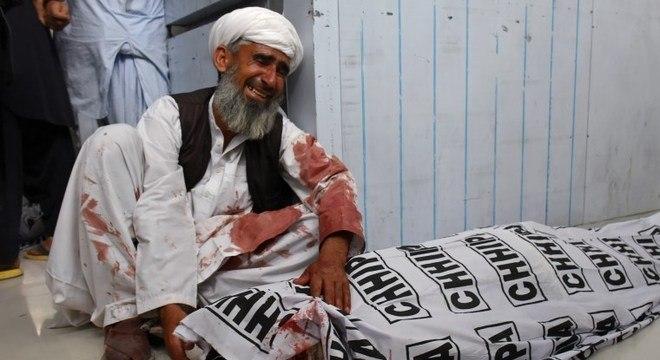 Paquistanês lamenta morte de parente em atentado nesta sexta-feira