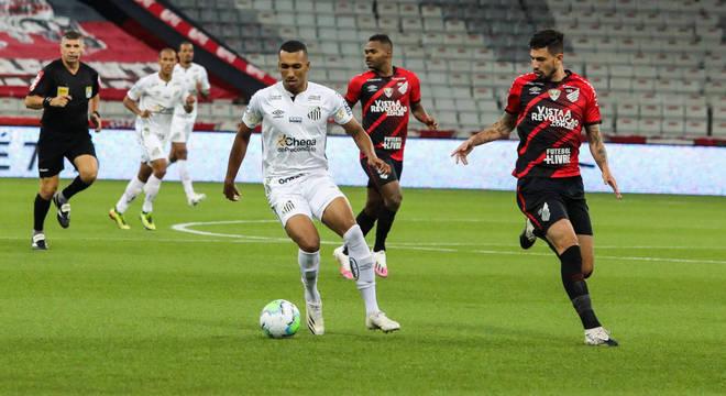 O jogador Lucas Braga do Santos durante a partida entre Athletico PR e Santos SP, valida pelo Campeonato Brasileiro, no Estádio Arena da Baixada