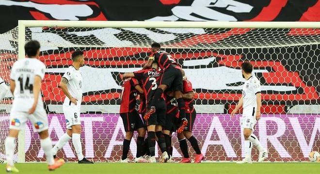 Jogadores do Athletico-PR vibram com gol sobre o Colo Colo