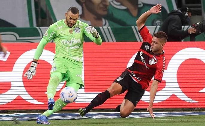 ATHLETICO-PR - Sobe: Iniciou a partida bem e criando mais chances do que o Palmeiras, porém depois o time da casa foi superior. Desce: Chegou pouco, conseguiu o empate, mas falhou e foi derrotado pela quinta vez consecutiva no Brasileirão.