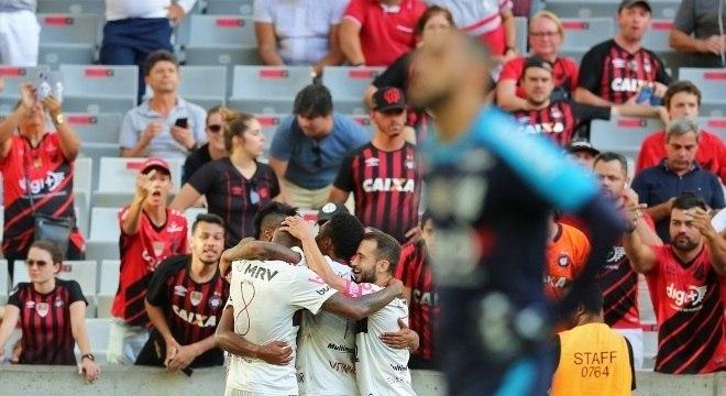 Bruno Henrique aproveitou bobeada da zaga do Athletico para marcar para o Fla