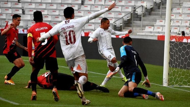 Athletico-PR x Fluminense - Campeonato Brasileiro 2020 - Em lance de bola parada, Luccas Claro testou firme para a rede. O VAR acabou chamando o juiz para o vídeo, em lance interpretativo. O gol acabou sendo anulado.