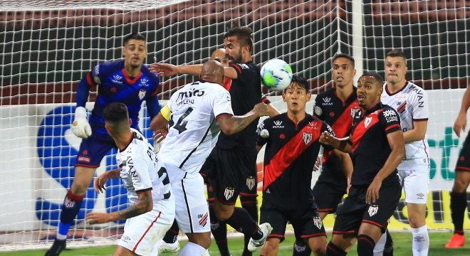 jogo equilibrado entre Atlético-GO e Athletico