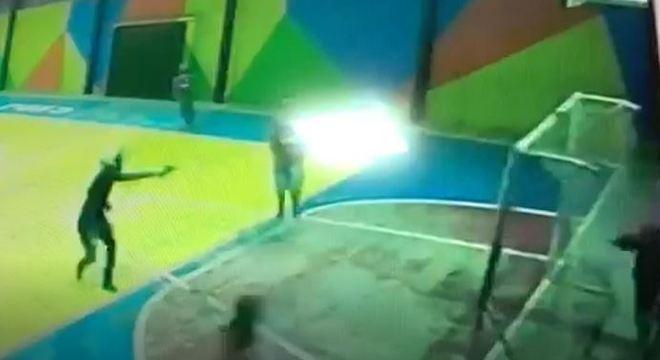 Dupla armada invade escola, dispara e deixa adolescentes feridos em Fortaleza