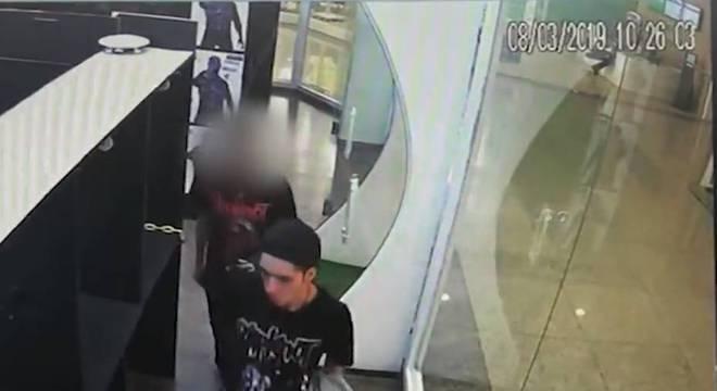 Imagens mostram suspeito com um dos assassinos em estande de tiros