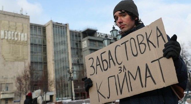 Apesar de protestos solitários, ativista é frequentemente preso