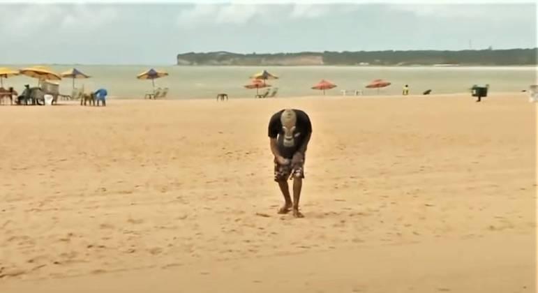 Ativista recolhe lixo em praia