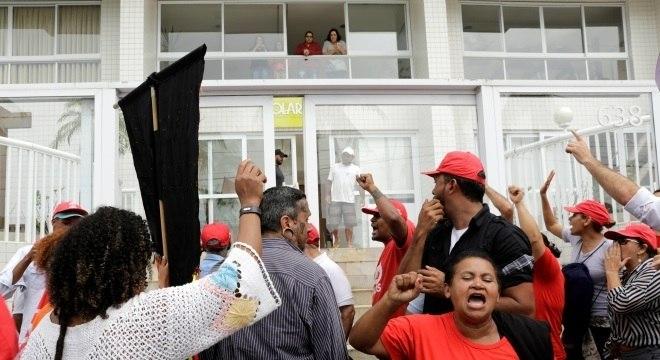 Ativistas do MTST deixam o triplex, no Guarujá