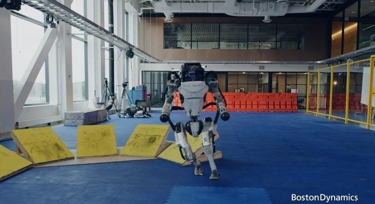 Robô da Boston Dynamics realiza movimentos de parkour em conteúdo divulgado