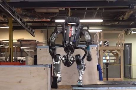 Robô mostra a capacidade de salta sobre obstáculos