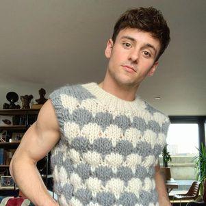 Tom faz roupas de crochê