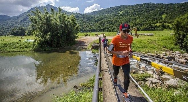 Atletas correm em meio à natureza exuberante da Costa Verde Fluminese