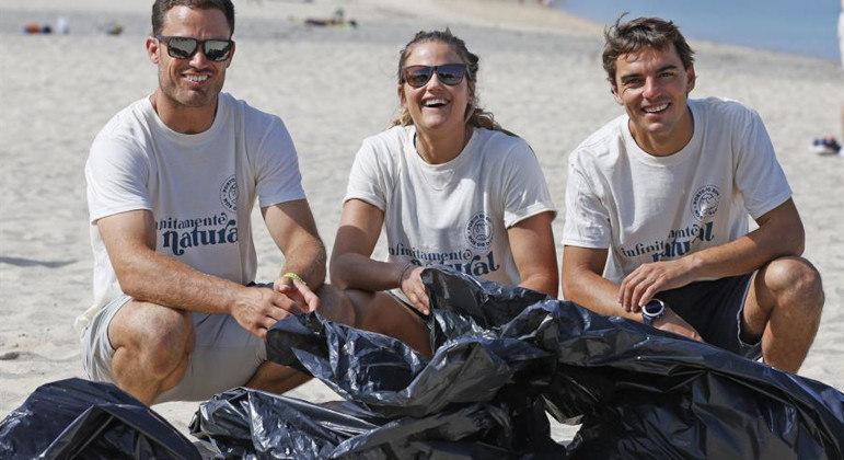 Atletas olímpicos se unem a voluntários para recolher lixo na praia