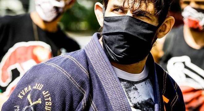 De máscara, atletas de artes marciais protestam em frente à Alesp