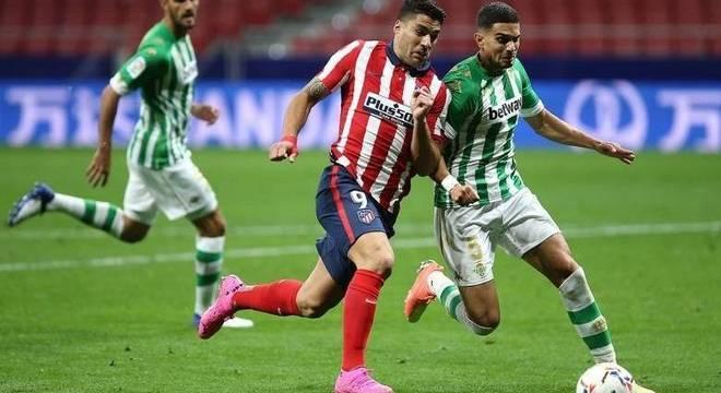 Suárez marca em vitória do Atlético de Madri sobre o Betis, neste sábado (24)