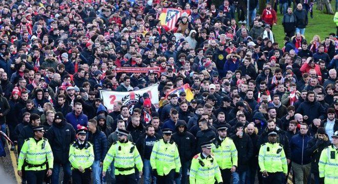 Torcida do Atlético de Madrid chegando a Liverpool. Espalhando a pandemia