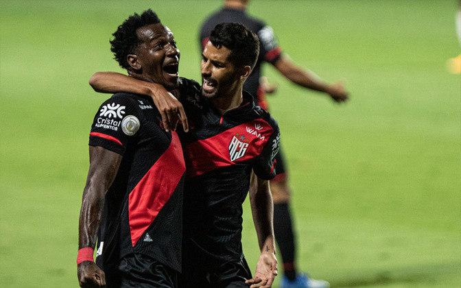 ATLÉTICO-GO - SOBE - FERRAREIS - O camisa 11 foi a grande válvula de escape do Dragão. Aproveitou os espaços deixados por Rodrigo Caio e abriu caminho para que a equipe goiana estreasse no Campeonato Brasileiro com uma vitória contundente. Além disto, marcou um belo gol em finalização de fora da área. DESCE - EDSON - Teve dificuldades para conter o ímpeto do Flamengo no segundo tempo e cometeu faltas mais duras.