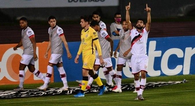 Atlético Goianiense vira sobr e o Bahia, em Salvador, pelo Brasileirão