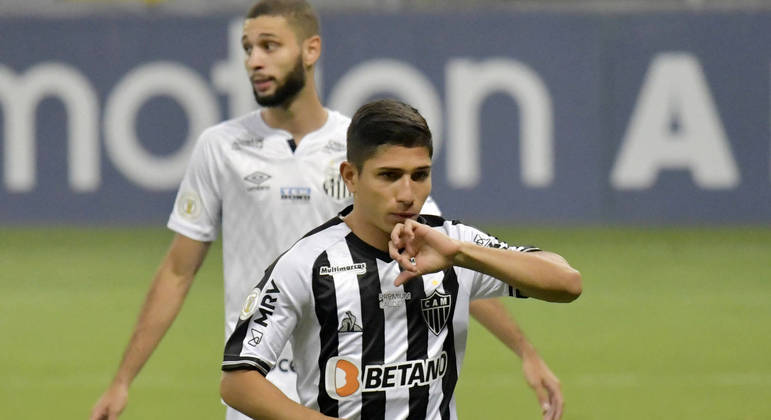 Savarino comemora gol do Atlético-MG contra o Santos