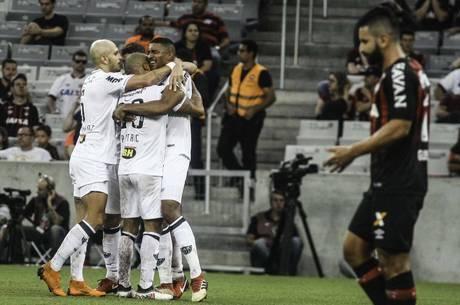 Atlético-MG comemora gol sobre o Atlético-PR
