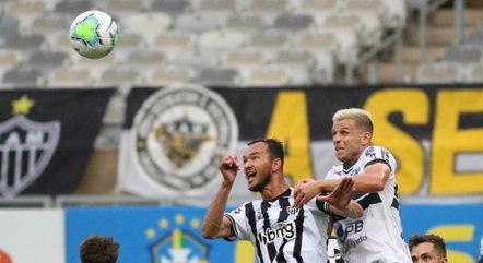 Réver e Galdezani disputam bola no alto