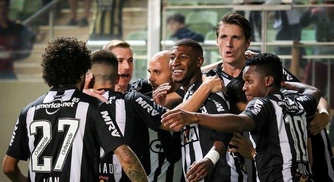 O Atlético Mineiro comemorou muito o gol contra de Régis. Vitória para dar moral
