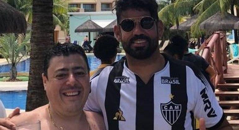 Diego Costa já colocou a camisa do Atlético. Ganhou de um torcedor nas férias no Nordeste