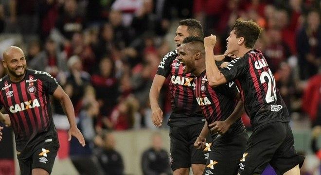 Furacão sofreu um gol na segunda etapa, mas marcou cinco e ficou com a  vitória