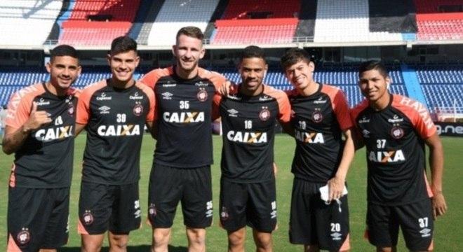 Jogadores do Atlético-PR fizeram reconhecimento do gramado na terça