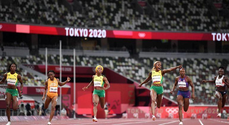 Thompson comemora ao cruzar a linha de chegada e bater o recorde olímpico