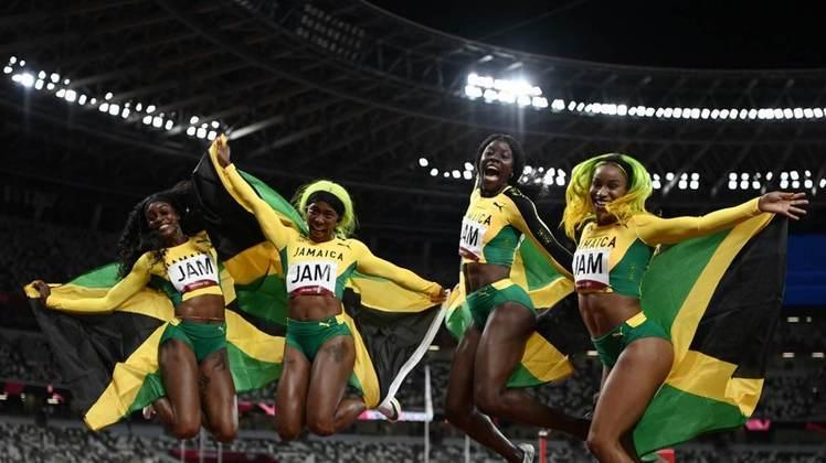 ATLETISMO - A Jamaica dominou o revezamento 4x100m feminino. A equipe jamaicana formada por Elaine Thompson-Herah, Shelly-Ann Fraser-Pryce, Shericka Jackson e Briana Williams venceu a prova com o tempo de 41s02 e não deram chances para as americanas e britânicas, que ficaram com prata e bronze, respectivamente.