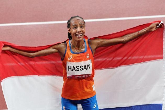 ATLETISMO - Além da fantástica recuperação na prova dos 1.500m, Sifan Hassan teve energia para conquistar a medalha de ouro na final da prova dos 5.000m. A holandesa cresceu nas voltas finais e venceu com o tempo de 14min36s79.