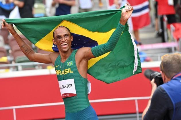 ATLETISMO - Alison dos Santos confirmou as expectativas e subiu no pódio nos 400m com barreiras. O brasileiro bateu o recorde sul-americano, terminou a prova em 46s72 e conquistou a medalha de bronze.