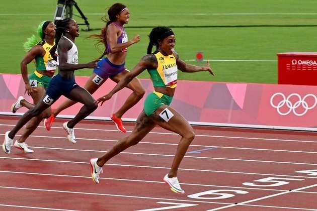 ATLETISMO - Elaine Thompson-Herah conquistou a medalha de ouro nos 200m rasos e completou a dobradinha em Tóquio. A jamaicana também venceu a prova dos 100m rasos. Christine Mboma, da Namíbia, levou a prata, enquanto Gabrielle Thomas, dos Estados Unidos, ficou com o bronze.