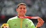 Thiago Braz mostra medalha de bronze no salto com vara