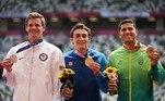 Thiago Braz recebe a medalha de bronze no salto com vara