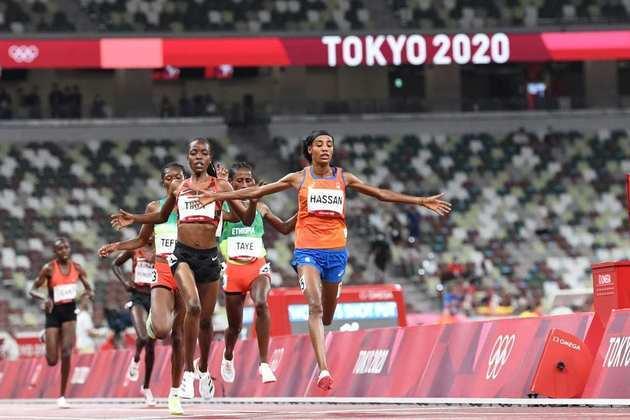 ATLETISMO - Sifan Hassan fez história em Tóquio. Após sofrer um acidente na prova de classificação dos 1.500m, a holandesa conseguiu se recuperar e vencer a mesma bateria com o tempo de 4min05s17.