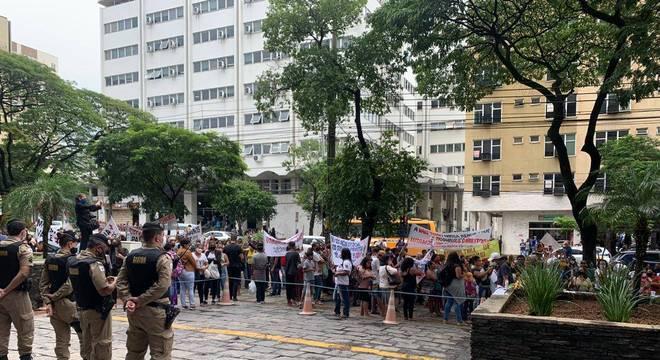Atingidos fazem protesto em frente ao Tribunal de Justiça