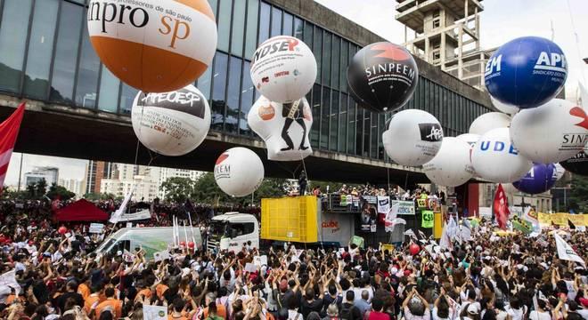Manifestação na avenida Paulista, em São Paulo, contra cortes na Educação
